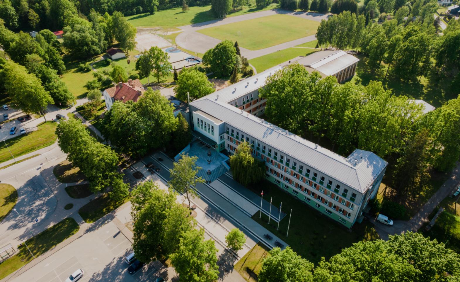 Skats uz Ozolnieku vidusskolas no augšas